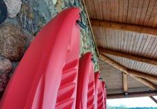 Kajaks tegen een Rotsmuur Stock Afbeelding