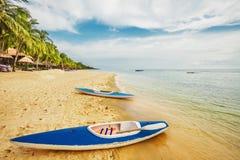 Kajaks am tropischen Strand stockbilder