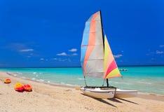 Kajaks und Katamaran am schönen Strand Stockfoto