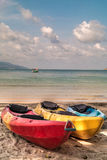 Kajaks vacíos coloridos en la playa Imagenes de archivo