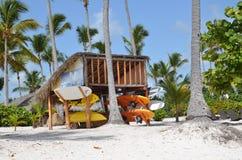 Kajaks y canoas en la playa en la República Dominicana Imágenes de archivo libres de regalías
