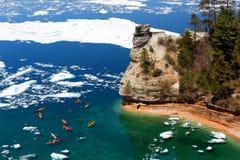 Kajaks y masas de hielo flotante de hielo en el castillo de los mineros - rocas representadas - Michigan Foto de archivo
