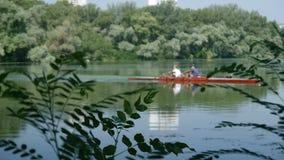Kajaksegling på floden arkivfilmer