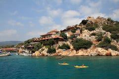 Kajakstoeristen op achtergrond van Kekova-Eiland, Antalya, Turkije Royalty-vrije Stock Fotografie