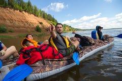 Kajakujący na Kama rzece, Doksha okręg, Rosja - 07 06 2014: Artykuł wstępny Zdjęcia Royalty Free