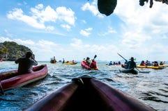 Kajakujący przez jamy w lagunę przy Phang nga zatoką, Tajlandzką Obraz Royalty Free