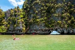 Kajakujący przy Phang Nga zatoką, Tajlandia Obrazy Royalty Free