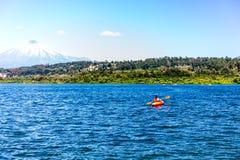 Kajakuje Kayaking na Jeziornym Villarica Chile przegapia wulkanu Villarrica kajaka na jeziornym Villarica Obrazy Royalty Free