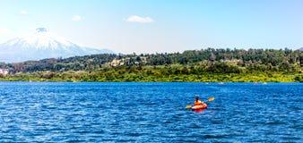 Kajakuje Kayaking na Jeziornym Villarica Chile przegapia wulkanu Villarrica kajaka na jeziornym Villarica Baner Zdjęcia Royalty Free