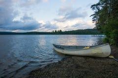 Kajakuje przy jeziornym brzeg w algonquine parka narodowego wschodnim wybrzeżu Kanada zdjęcie stock