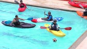 Kajakvattenbollspel i Santa Ana Pool For Summer Contest stock video