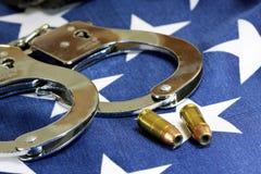 Kajdanki i amunicje na Stany Zjednoczone flaga zdjęcie royalty free
