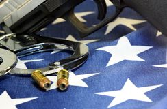Kajdanki i amunicje na Stany Zjednoczone flaga obraz stock