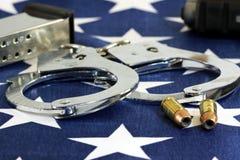 Kajdanki i amunicje na Stany Zjednoczone flaga obraz royalty free