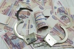 Kajdanki na tle banknoty zdjęcia stock