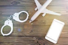 Kajdanki, samolot, smartphone zdjęcia royalty free