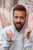 Kajdanowy etniczny mężczyzna aresztujący zakończenie up zdjęcia stock