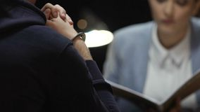 Kajdanowy mordercy czuć winny przy przesłuchania spotkaniem z surowym agentem zbiory wideo