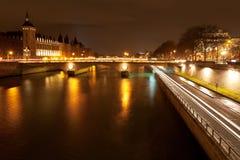 Kajen och pontau ändrar i Paris på natten Royaltyfri Bild