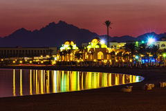 Kajsemesterort av Hurghada på natten royaltyfria foton