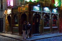 Kajstången på natten. Irländsk pub. Dublin Royaltyfri Foto