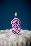 Kaka: Födelsedagkaka med stearinljus för den 3rd födelsedagen Royaltyfri Foto