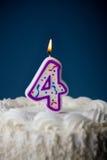 Kaka: Födelsedagkaka med stearinljus för den 4th födelsedagen Royaltyfri Bild