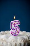 Kaka: Födelsedagkaka med stearinljus för den 5th födelsedagen Royaltyfri Fotografi