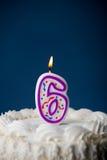 Kaka: Födelsedagkaka med stearinljus för den 6th födelsedagen Arkivfoto