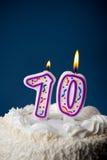 Kaka: Födelsedagkaka med stearinljus för den 70th födelsedagen Fotografering för Bildbyråer