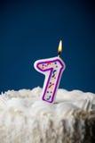 Kaka: Födelsedagkaka med stearinljus för den 7th födelsedagen Fotografering för Bildbyråer