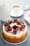 Kaka för ängelmat med kräm och bär Royaltyfria Foton