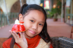 Kaka för flickashowjordgubbe arkivfoton