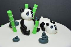 Kaka för fondant för pandabjörnar - statyettdetaljer fotografering för bildbyråer