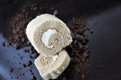 Kaka för kafferulle på smutsig bakgrund av choklad och kaffe Royaltyfri Bild