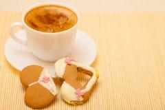 Kaka för kaka för pepparkaka för underkläder för koppkaffebikini på matt bambu Arkivfoto
