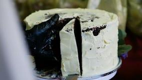 Kaka för konditorHand Cuts Big vit choklad vid kniven lager videofilmer