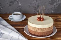 Kaka för mousse för choklad tre och kopp av svart kaffe fotografering för bildbyråer
