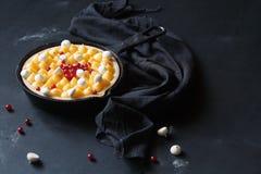 Kaka för mousse för samtidaApple choklad royaltyfri foto