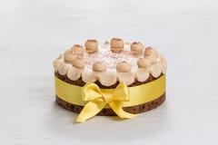 Kaka för påsk för Simnel kaka traditionell brittisk, med marsipantoppning och de traditionella 12 bollarna av marsipan Royaltyfri Bild