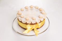 Kaka för påsk för Simnel kaka traditionell brittisk, med marsipantoppning och de traditionella 12 bollarna av marsipan Royaltyfria Bilder