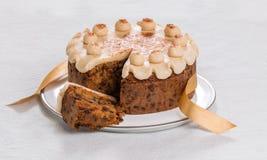 Kaka för påsk för Simnel kaka traditionell brittisk, med marsipantoppning och de traditionella 12 bollarna av marsipan Arkivfoton