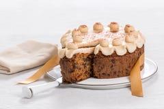 Kaka för påsk för Simnel kaka traditionell brittisk, med marsipantoppning och de traditionella 12 bollarna av marsipan Arkivbilder