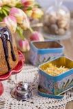 Kaka för söt choklad för frukost och en bukett av tulpan Hem- cosiness royaltyfri fotografi