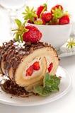 Kaka för schweizisk rulle för choklad med jordgubbar Arkivfoto