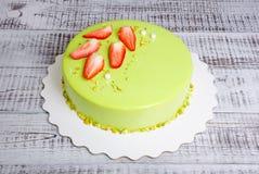 Kaka för spegelglasyrmousse med jordgubbar och pistascher Royaltyfri Foto