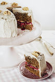 Kaka för strikt vegetarianvalnötlingon med kasjuglasyr på kaka Royaltyfri Foto
