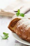 Kaka för vaniljang-choklad som skivas med mintkaramelllaves   Arkivfoton