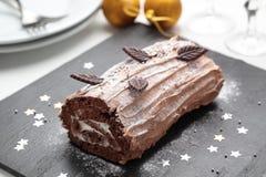 Kaka för Yule journal på en jultabell Royaltyfri Foto