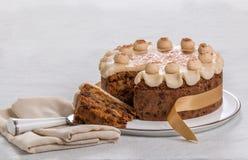Kaka för påsk för Simnel kaka traditionell brittisk, med marsipantoppning och de traditionella 12 bollarna av marsipan Arkivbild